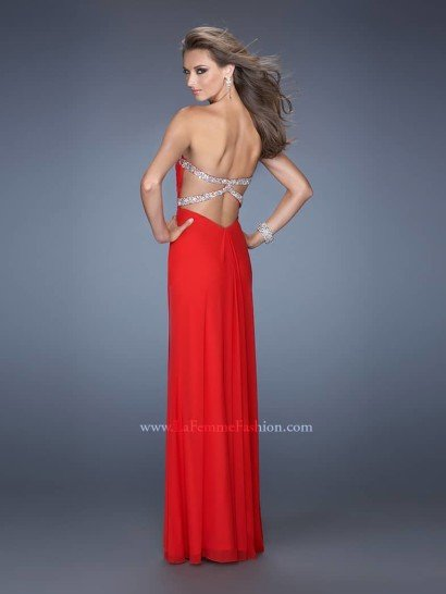 Узкое красное вечернее платье.