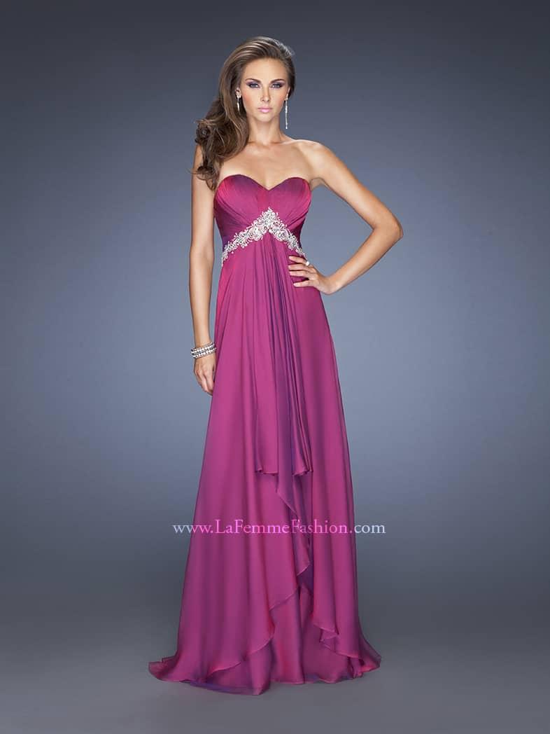 открытое вечернее платье пудового оттенка.