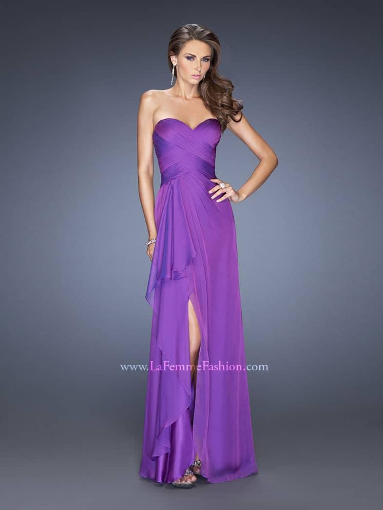 Открытое вечернее платье фиолетового цвета с вырезом до бедра.