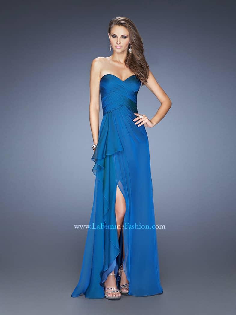 Открытое вечернее платье синего цвета с вырезом до бедра.