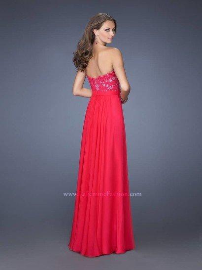 Вечернее платье с открытым лифом.