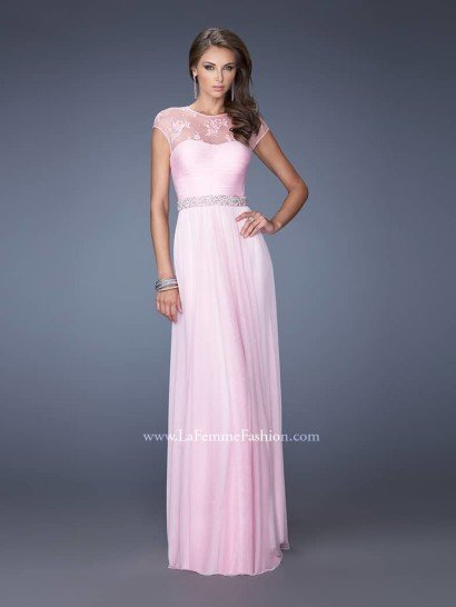 Нежно-розовое длинное вечернее платье с пышной юбкой, присобранной по естественной линии талии, - великолепный выбор для выпускного вечера.  Область декольте и плечи прикрыты кружевом на прозрачной основе. Горизонтальные сборки лифа координируют с узким поясом, усыпанным кристаллами.  Ряды узких металлических браслетов завершают блистательный ансамбль.