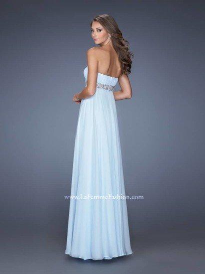 Открытое недорогое вечернее платье с поясом.
