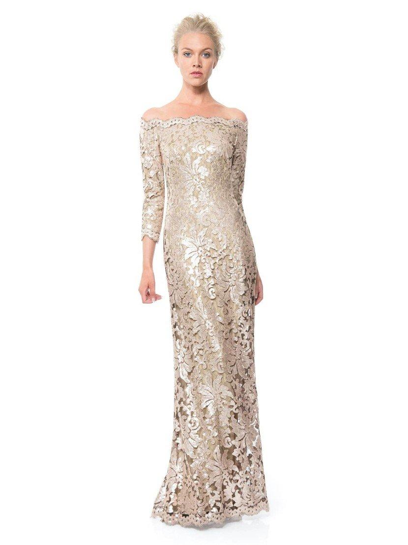 Вечернее платье в пол прямого кроя.