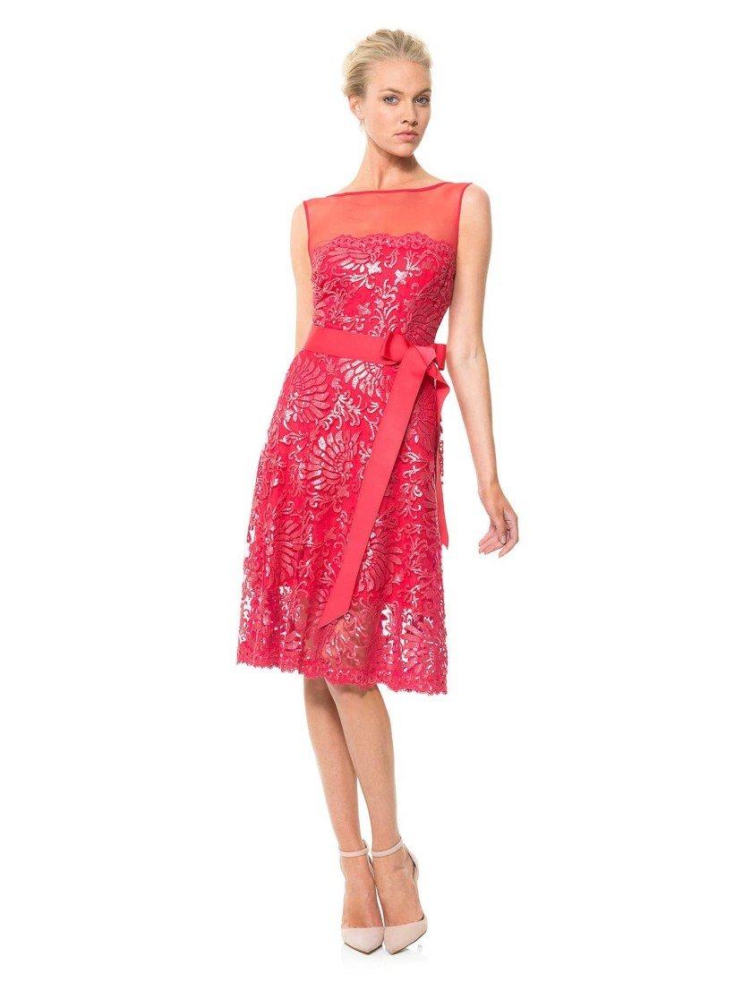 Короткое красное вечернее платье с полупрозрачным верхом.