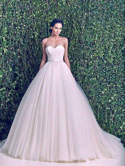 Пышное свадебное платье со шлейфом.