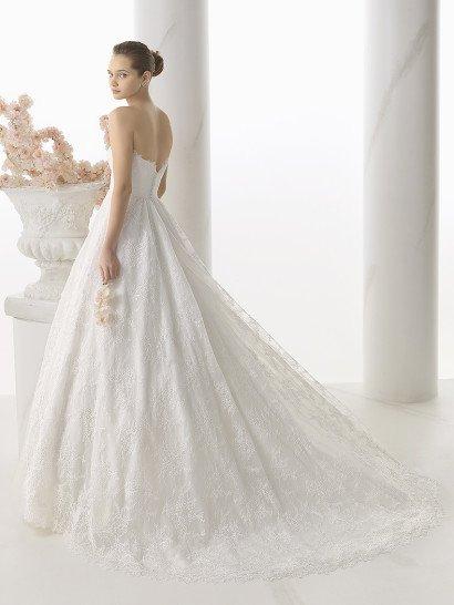 Свадебное платье бального силуэта с длинным шлейфом и лифом в форме сердечка.