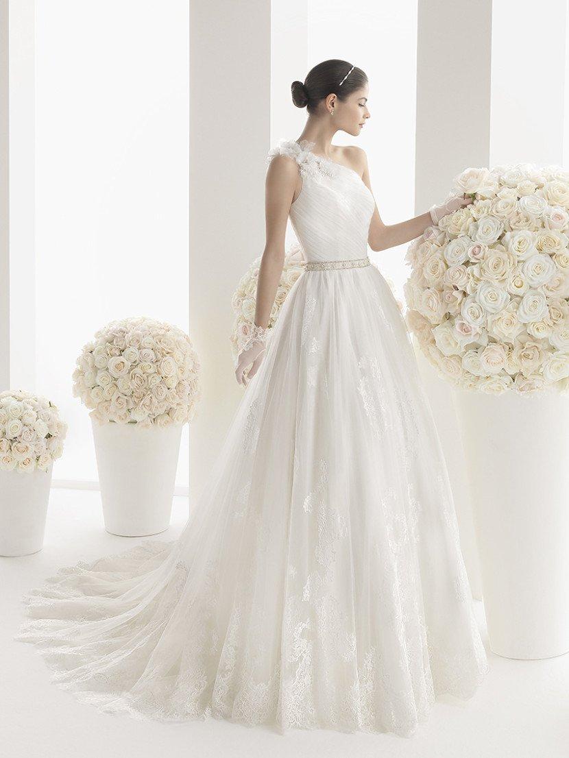 Свадебное платье А-силуэта с узким поясом на талии и асимметричным кроем лифа.