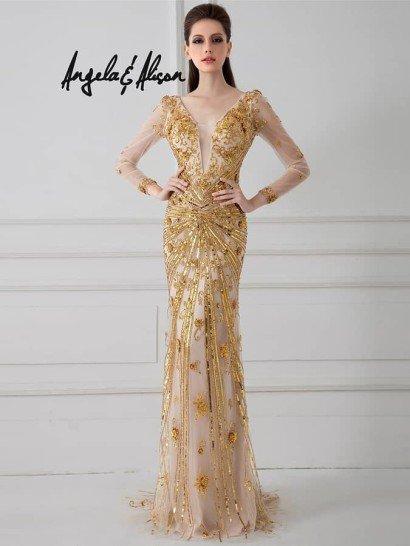 Сказочно красивое вечернее платье с длинными рукавами и золотистой отделкой. Платье заставит обернуться всех гостей!  Прозрачный шифон на телесном чехле спереди и сзади расшит восхитительным симметричным тональным декором в золотистой гамме.  Узкий силуэт платья акцентирован открытой спиной и глубоким V-образным вырезом декольте, прикрытым прозрачной вставкой.  Аккуратный полукруг шлейфа завершает гламурный образ.