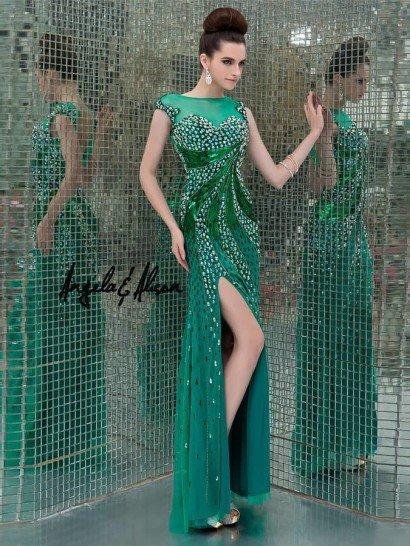 Это уникальное вечернее платье станет настоящей сенсацией для гостей званого вечера.  Верх сформирован цельнокроеными рукавами «крылышками» и вырезом «бато», переходящими на спинке в глубокий V-образный вырез.  Роскошный гламурный декор, словно выложенный по всему силуэту и краю рукавов этого платья из зелёного шифона, формирует в области бюста линию декольте «сердечко».  Сверкающие малахитовые дуги образуют эффектный водоворот от груди к бёдрам, акцентируя боковой разрез. Сзади – аналогичный декор.
