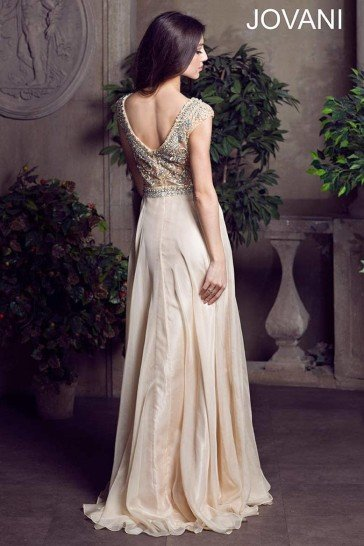 Длинное вечернее платье со стразами.