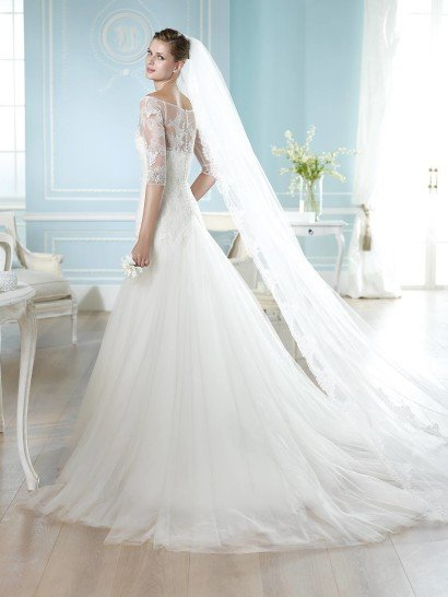 Роскошное открытое свадебное платье.
