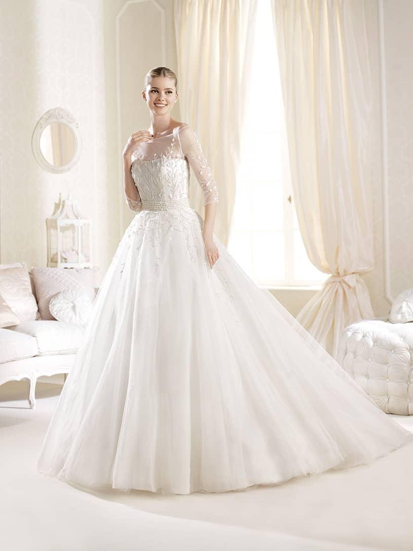 Свадебное платье с рукавами.