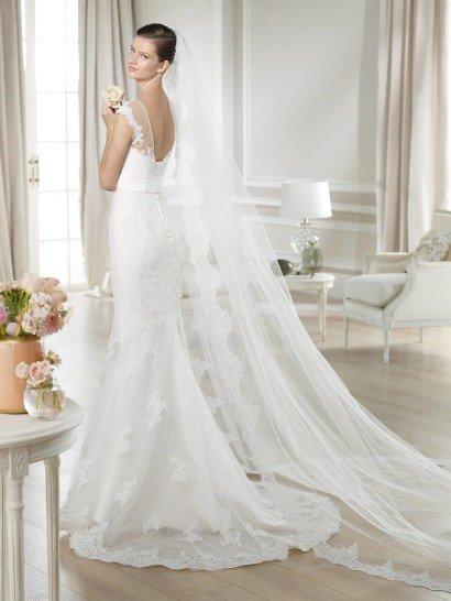 Свадебное недорогое платье с полупрозрачным декольте.
