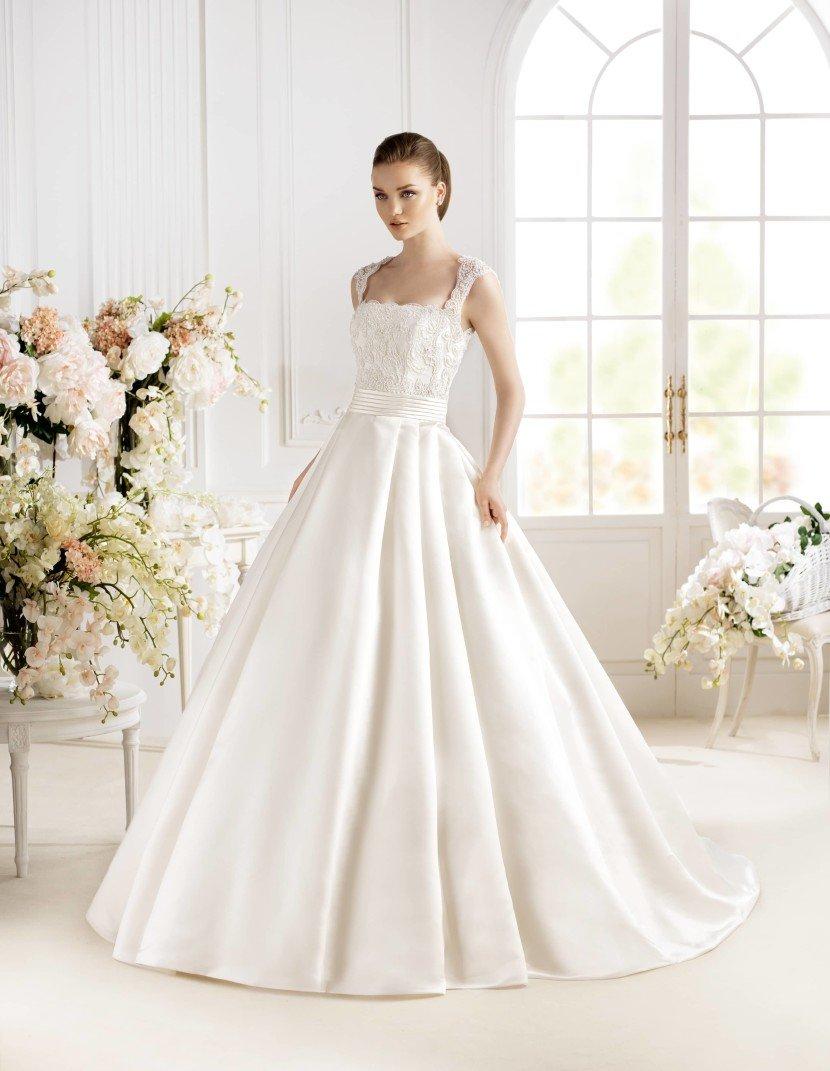 Свадебное платье А-силуэта с вырезом «каре» и кружевной вставкой на спинке.