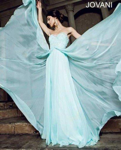 Бирюзовое открытое вечернее платье.