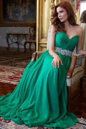 Зеленое открытое вечернее платье.
