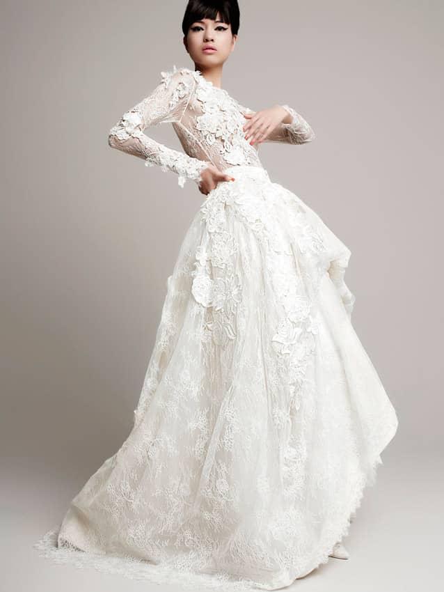 Роскошное свадебное платье с пышной юбкой, укороченной спереди, и объемным декором.