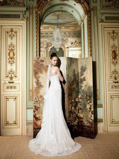 Изысканное свадебное платье прямого кроя, декорированное ажурной тканью.