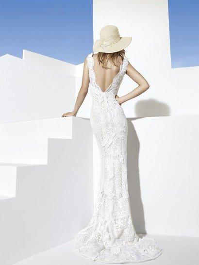 Узкое дорогое свадебное платье.