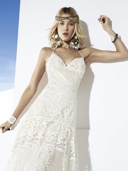 Эксклюзивное свадебное платье прямого силуэта с открытым верхом.