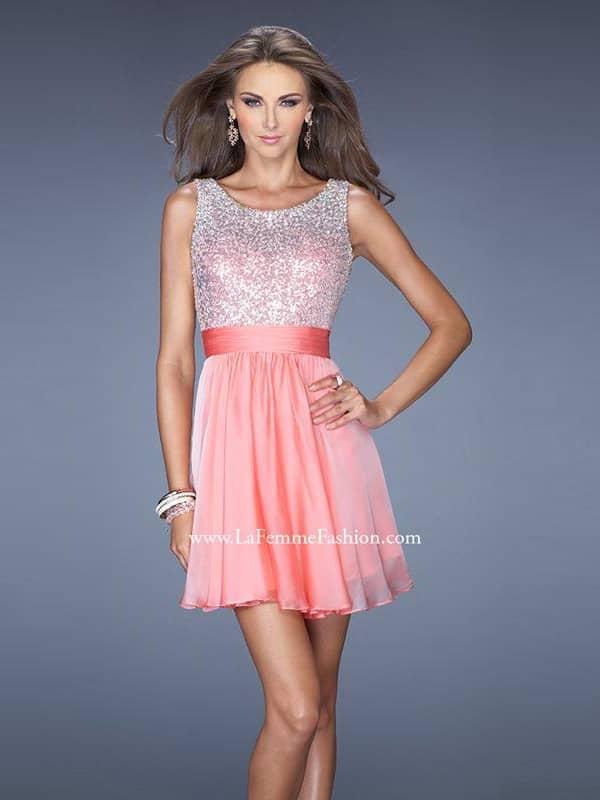 Блестящее коктейльное платье с поясом.