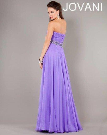 Фиолетовое открытое вечернее платье.