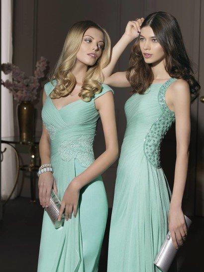 Вечернее платье нежного мятного цвета выполнено в двух вариантах.  Более открытое декольте первого сочетается с диагональными изгибами драпировки ткани, что идеально подчеркивает женственные очертания фигуры.  Аппликация из тонкого кружева красиво очерчивает талию.  Второй вариант предполагает более закрытый верх.  Все внимание на изящно расшитую стразами спинку платья, от которой вниз по юбке спускаются мягкие волны легкой ткани.