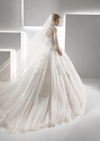 Пышное свадебное платье с открытым лифом с бретелями и кружевной отделкой по корсету.