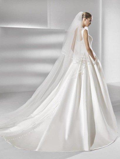 Пышное свадебное платье со скрытыми карманами в юбке и широкими бретелями над лифом.