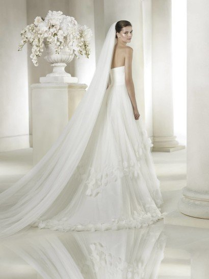 Открытое свадебное платье из тюльмарина А-силуэта со шлейфом