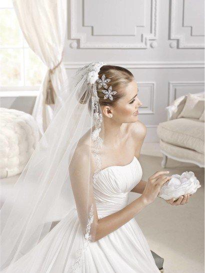Легкое открытое свадебное платье.
