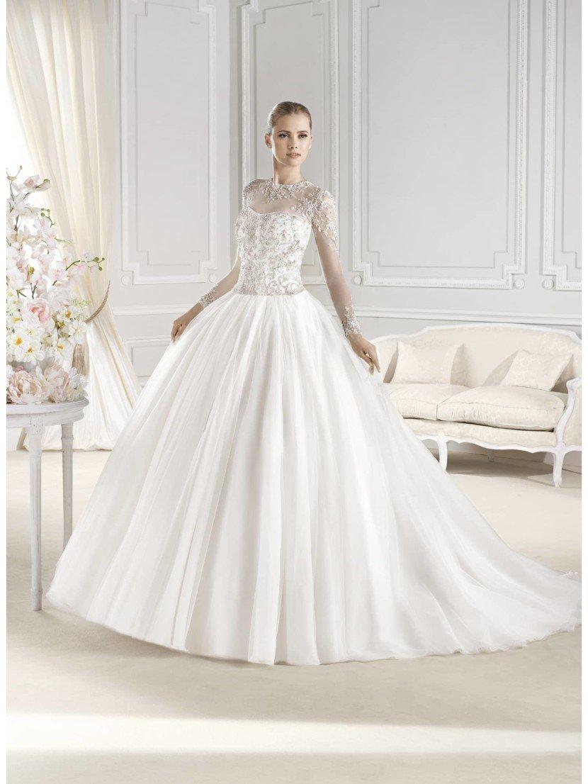 Свадебное пышное платье с кружевными рукавами.
