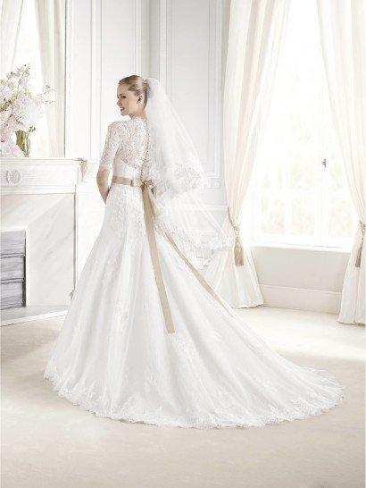 Свадебное платье А-силуэта с элегантным кружевным верхом.