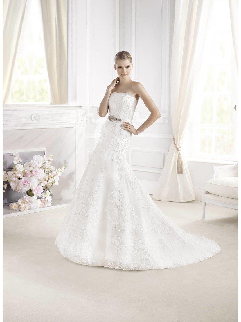 Открытое кружевное свадебное платье с поясом и со шлейфом.