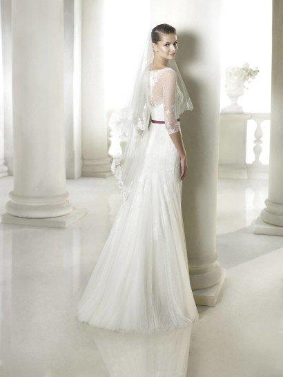 Прямое недорогое свадебное платье с поясом.