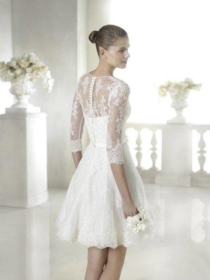 Короткое свадебное платье с поясом и рукавами.