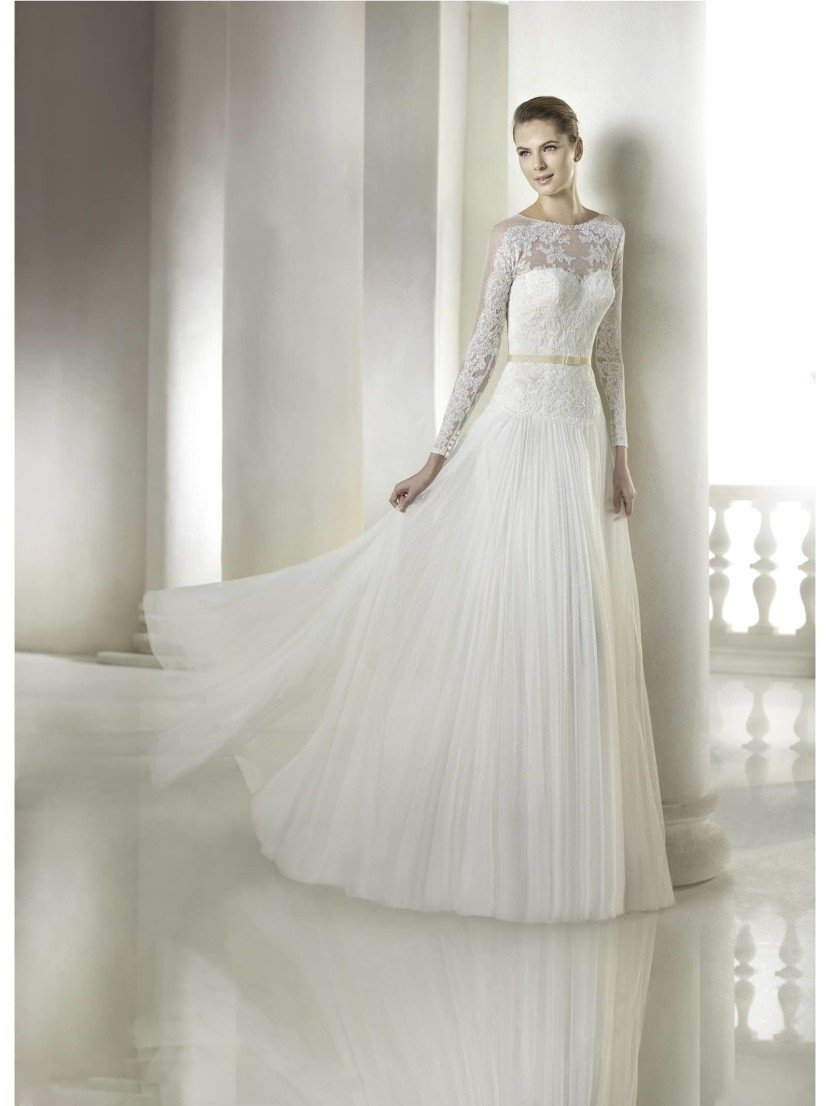 Свадебное недорогое платье с прямым силуэтом.