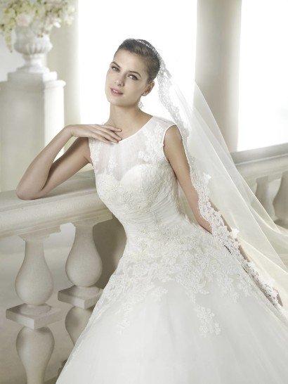 Пышное свадебное платье с закрытым декольте.