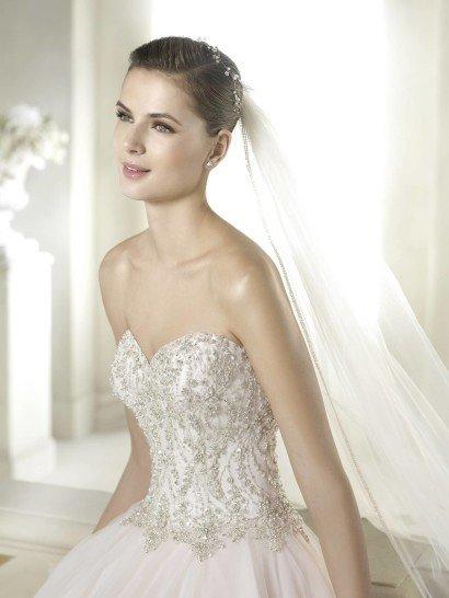 Верх платья с декольте сердечком полностью расшит.