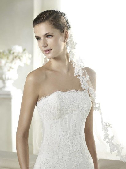 Открытое свадебное платье силуэта «русалка».