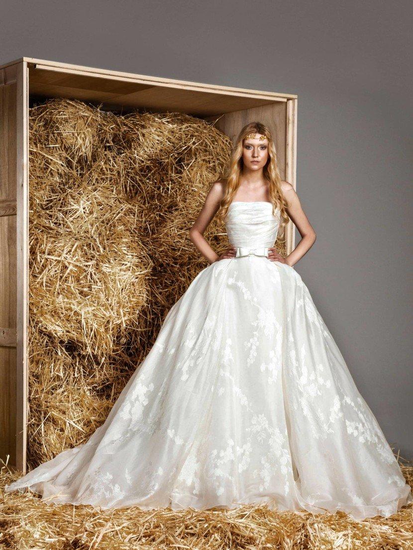 Пышное свадебное платье с фактурной юбкой, украшенной кружевом.