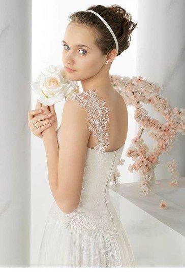 Прямое свадебное платье на бретелях.