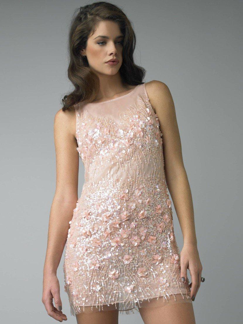 Коктейльное платье с полупрозрачным декольте.