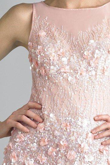 Нежное вечернее платье пудрово-розового оттенка.