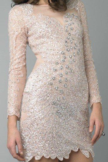 Короткое сверкающее коктейльное платье.
