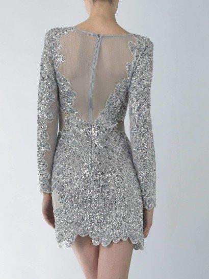 Сверкающее коктейльное платье серебристого цвета.