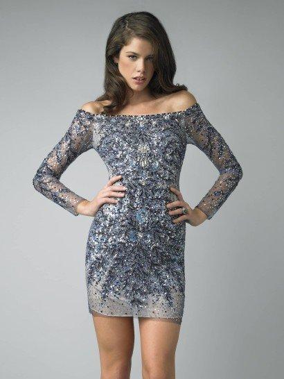 Коктейльное платье с открытыми плечами позволит создать яркий и экстравагантный образ. Длинный рукав гармонично сочетается с открытым верхом и короткой юбкой, а спинка платья, выполненная так же, как и передняя его часть, делает наряд оригинальным.  В качестве отделки платье расшито бисером и пайетками нежного голубого и черного оттенков. В сочетании с бежевой основой такие цвета смотрятся свежо и небанально.