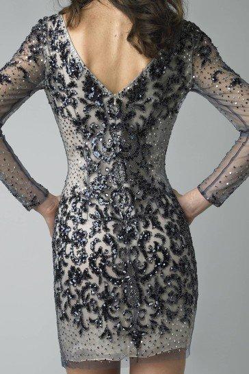 Коктейльное платье с черной отделкой кружевом.