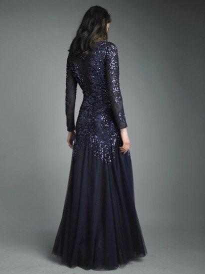 Вечернее платье темно-синего цвета.